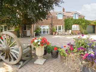 GOLDEN HILL COTTAGE, ground floor wet room, WiFi, woodburning stove, Haxby, Ref: 940135