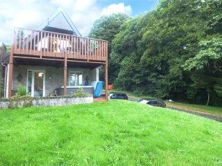 BROOKSIDE, private hot tub, on-site swimming pool, pet-friendly, in Gunnislake,