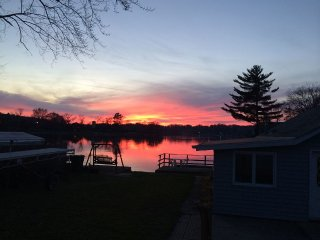 Lake Front Home on Beautiful Sunset Harbor -1 Mile from Merrimac Ferry!