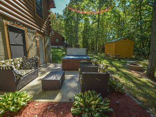 Conveniently located log cabin with outdoor hot tub!, Oakland