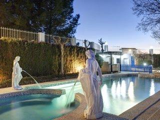 casa con jacuzzi y piscina de agua termal