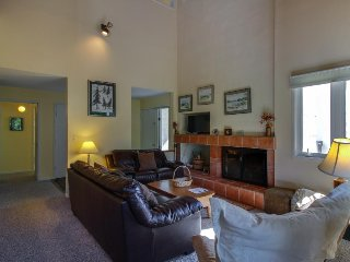 Cozy ski condo w/ shared pools, hot tub, entertainment & nearby ski access, Warren