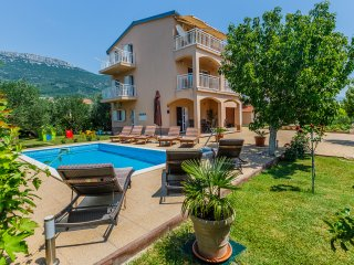 Villa Lucija with swimming pool near Trogir, Kastel Stari