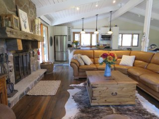 Romantic chalet steps from Blue Mountain, sleeps 6