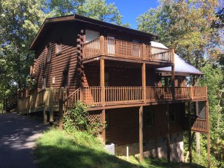 Deluxe Smoky Mountain Dancing Bear Cabin, Sevierville