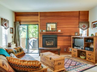 Beautiful studio in the woods w/ shared pool & hot tub - close to everything!, Tahoe Vista