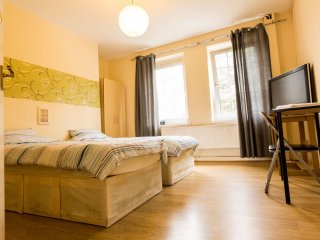 Delightful Entire 4 Bed apartment Sleeps 8 W, London
