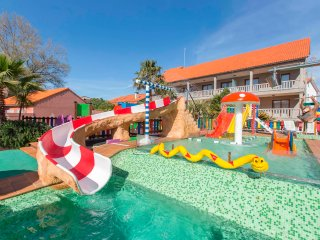 Parque acuático infantil con toboganes y diversos juegos.