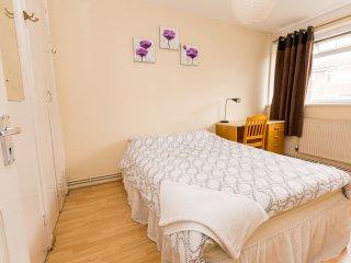 Excellent 4 Bedroom Apartment In Sleeps 9 PRT, Londen