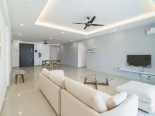 Spacious Modern Condo Near Beach - 3 rooms sleep 5