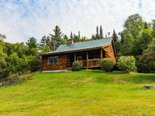 Charming lakefront cabin with a deck, porch & water views - close to skiing!, Jacksonville