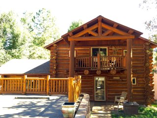 Log Home, Tucked Up Against Red Mountain, Walking Distance to Downtown and Pool!, Glenwood Springs