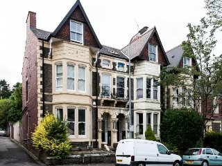 Stylish Victorian Terrace Duplex Apartment near Roath Park and Lake