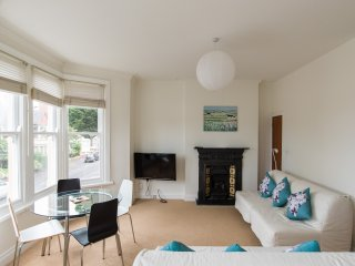 Cosy Victorian Terrace Apartment by Roath Park and Lake