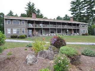 New Rental! 2BR, 2 BA North Conway condo. AC, wifi and swimming pool!