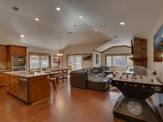Tahoe Woods Paradise – Bubble Hockey, Sauna, Walk to Lake & Heavenly, Wifi, AC