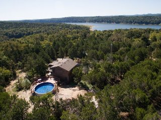 Henrys Hideaway - Home with Private Pool & Hot Tub close to Bull Shoals Lake!