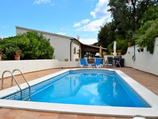 Studio on the ground floor of a detached house. Private Pool and garden.