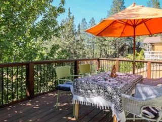 Peaceful 1/1 Home in the Trees: Sleeps 8, Bend
