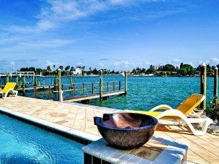 Treasure Trove Mermaids Cove Waterfront Vacation Retreat, Treasure Island