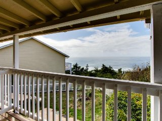 Lovely coastal condo w/ ocean views, walk to beach - dogs ok!