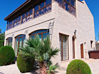 Coral Bay - 2/3 Bed Villa - 5 Mins Walk to Beach, Peyia