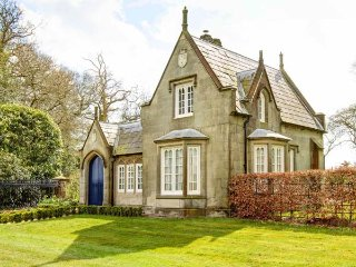 STONE LODGE detached stone-built cottage, luxurious, en-suites, garden, WiFi