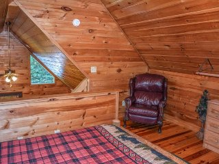 HACKERS HIDEAWAY- 2BR/1BA- PRIVATE WOODED CABIN SLEEPS 4, HOT TUB, SAT TV, GAS GRILL, GAS LOG FIREPLACE, SCREENED PORCH, AND WIFI! STARTING AT $95/NIGHT!, Blue Ridge