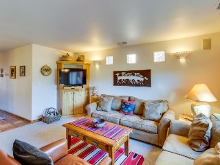 Dog-friendly condo on the golf course w/ private hot tub & seasonal shared pool