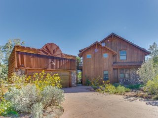 Custom-built home w/ fireplace, views, private sun deck - great for stargazing!, Moab