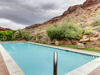 Contemporary condo w/shared pool, hot tub, near parks & downtown Moab!