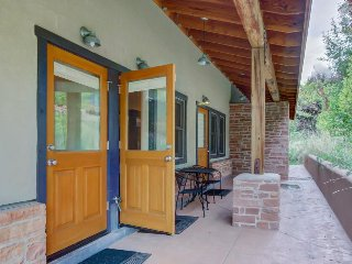 Bright condo w/shared hot tub & pool - just one mile from downtown & near parks, Moab