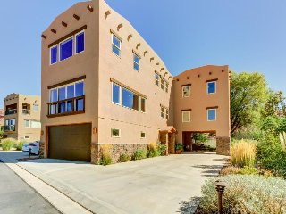 Luxury vacation home w/ panoramic views, shared pool, hot tub, & more!, Moab