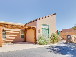Delightful desert townhome w/ shared seasonal pool & hot tub - close to town!