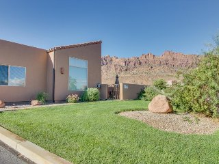 Dog-friendly townhouse w/mountain views, seasonal pool & hot tub, great location, Moab