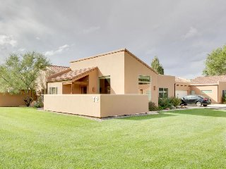 Lovely townhome with seasonal shared pool and hot tub, mountain views!, Moab