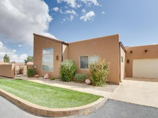 Lovely townhome w/ private hot tub, seasonal pool access, great views!, Moab