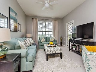Beautiful newly updated 3BD/2BA lake view condo just minutes from Disney!