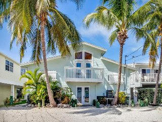 Cute waterfront half-duplex w/ access to shared pool & beach - dog-friendly!