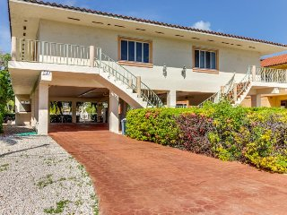Breezy half-duplex w/35 ft dock. Includes Cabana Club access w/ pool & beach