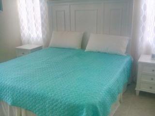 Dormitorio principal con cama doble grande