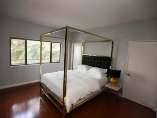 ELEGANT AND SPOTLESS FURNISHED 2 BEDROOM 2 BATHROOM PENTHOUSE IN A PERFECT BRENTWOOD LOCATION, Santa Monica