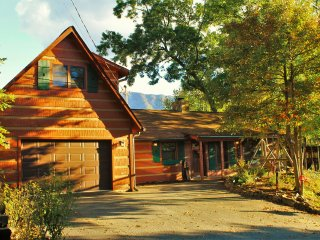 Luxury Cabin, Panoramic Mt. Views, Game-room, Pool, Hot Tub, Fireplace, Wi-Fi