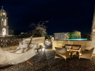 Modern Santorini Villa with Rooftop Terrace and Beautiful Views - Villa Plakoto, Megalochori
