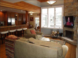 Update Snowmass Condo - 5 minutes to slopes (203085)