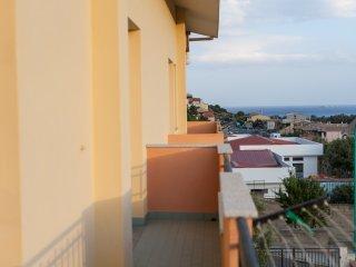 Ampio appartamento con due camere da letto, due bagni, balcone vista mare