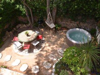 Maison calme avec jardin ombragé et jacuzzi