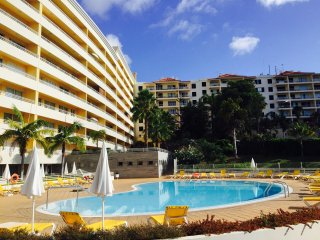 2 Bedroom Apartment, great location, swimming pool, Funchal