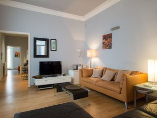 Spacious Plaza Universitat apartment in Eixample Esquerra with WiFi, airconditioning, balkon, jacuz…, Barcelona
