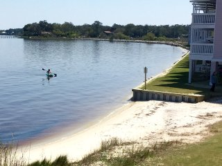BayFront Townhome~ 2 BD, Sleeps 6, Pool, 10 min. to Beach, Fishing, Kayaks incl.